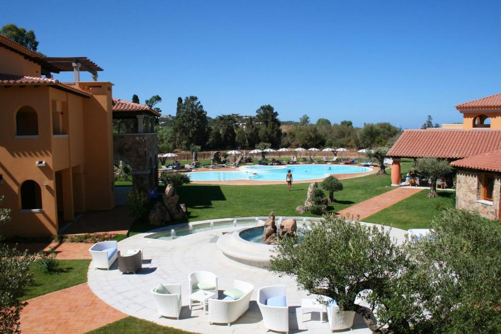 Ein Blick auf den Pool von der Unterkunft Hotel Marana oder aus der Nähe