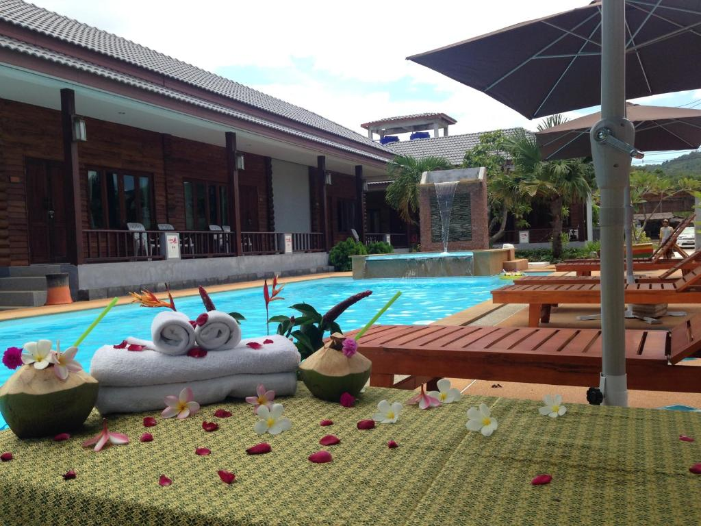 The swimming pool at or close to Khum Laanta Resort