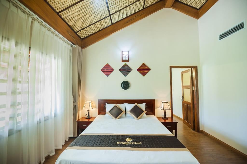 Llit o llits en una habitació de Hoa Binh Hotel