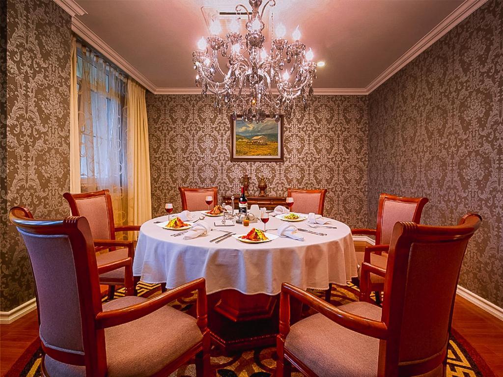 布黛酒店餐廳或用餐的地方