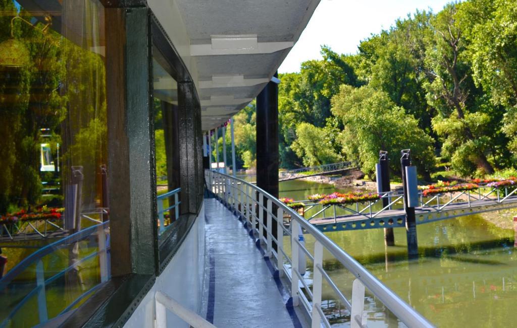 Compass River City Boatel
