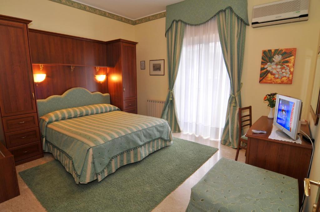 A bed or beds in a room at Hotel Ristorante Thomas
