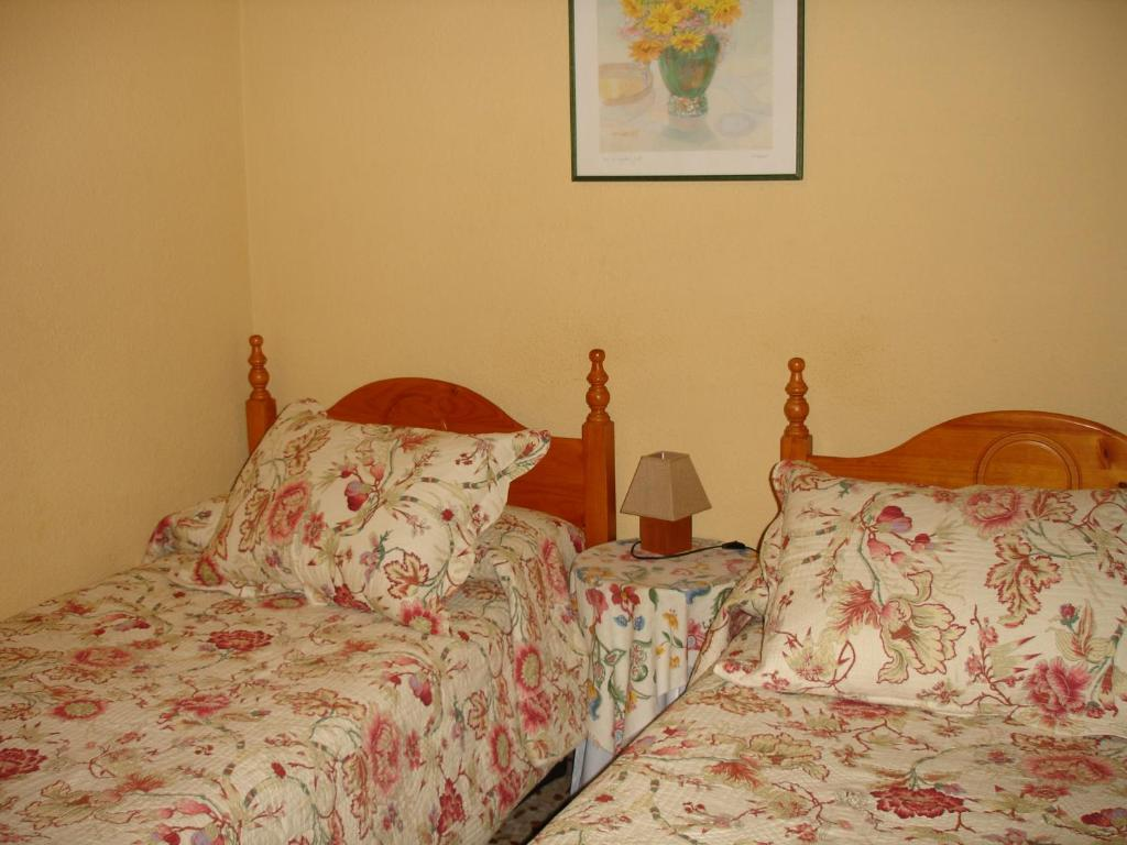 A bed or beds in a room at Hostal Puerta Bonita
