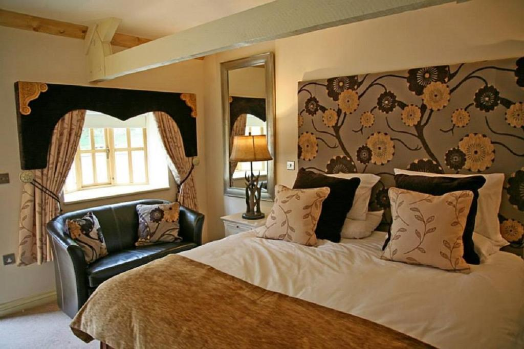 A bed or beds in a room at Brace of Pheasants