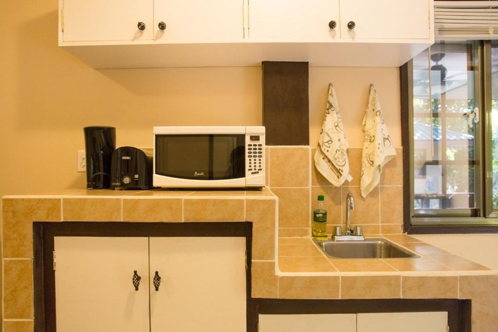 Kitchen o kitchenette sa M&A Riverside Beach Bungalows