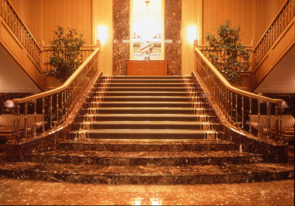 「オークラアカデミアパークホテル 大階段」の画像検索結果
