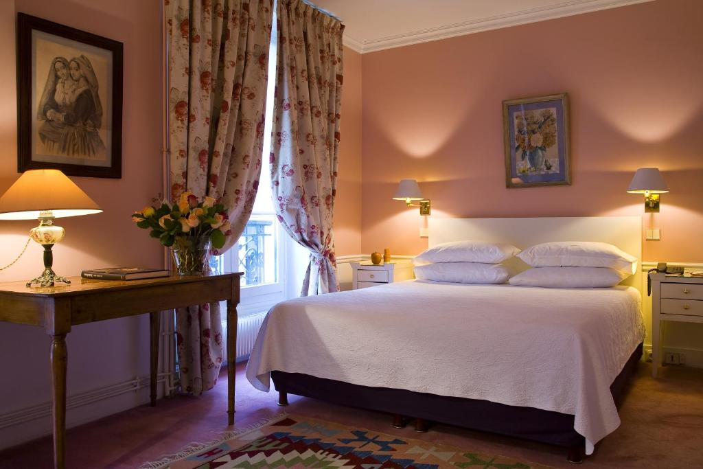 A bed or beds in a room at Hotel Le Saint Gregoire