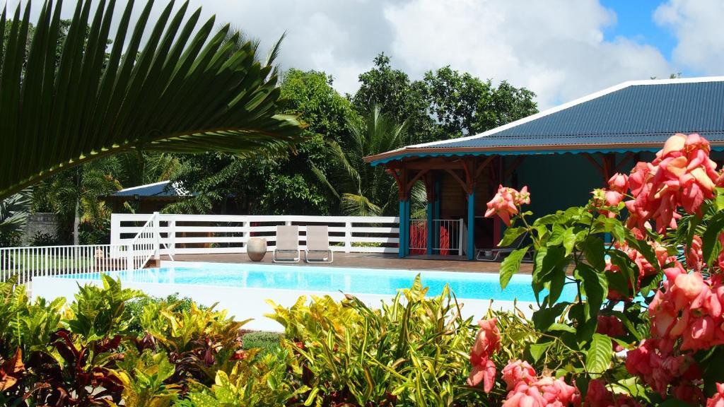 The swimming pool at or near Habitation Cantamerle