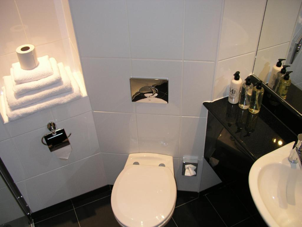 Simple Bathrooms Hounslow days hotel hounslow, uk - booking