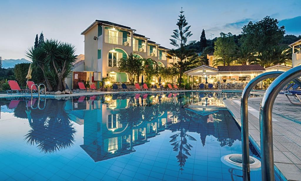 Der Swimmingpool an oder in der Nähe von Sun Rise Hotel