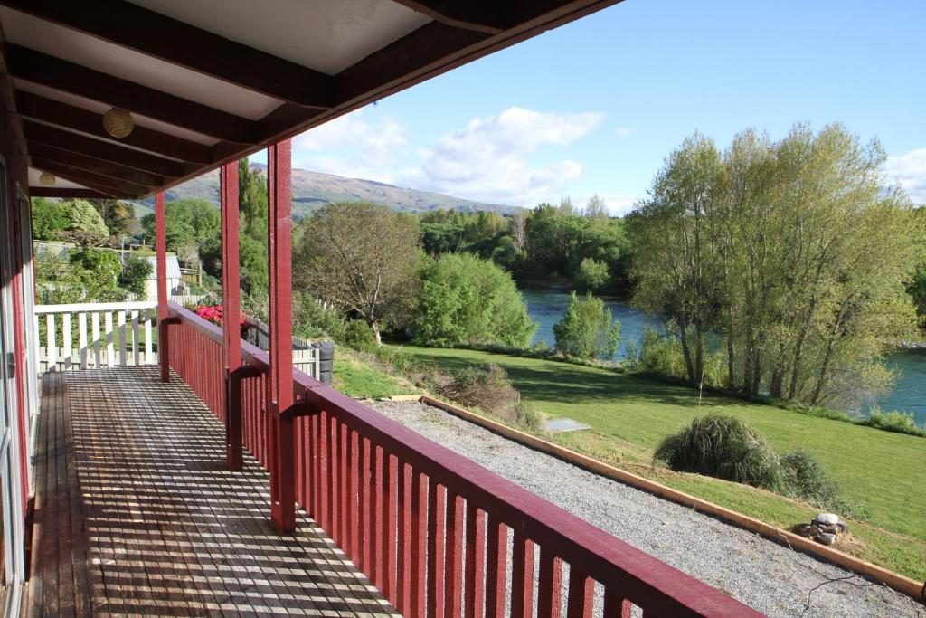 A balcony or terrace at Riverside Retreat Roxburgh
