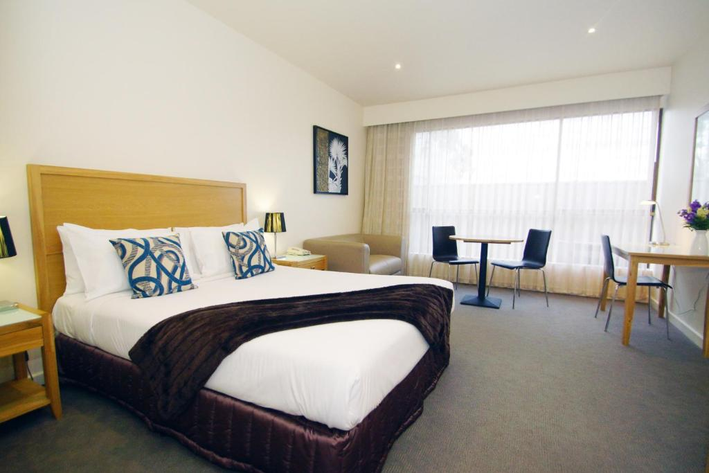 A bed or beds in a room at The Wyndhamere Motel Shepparton