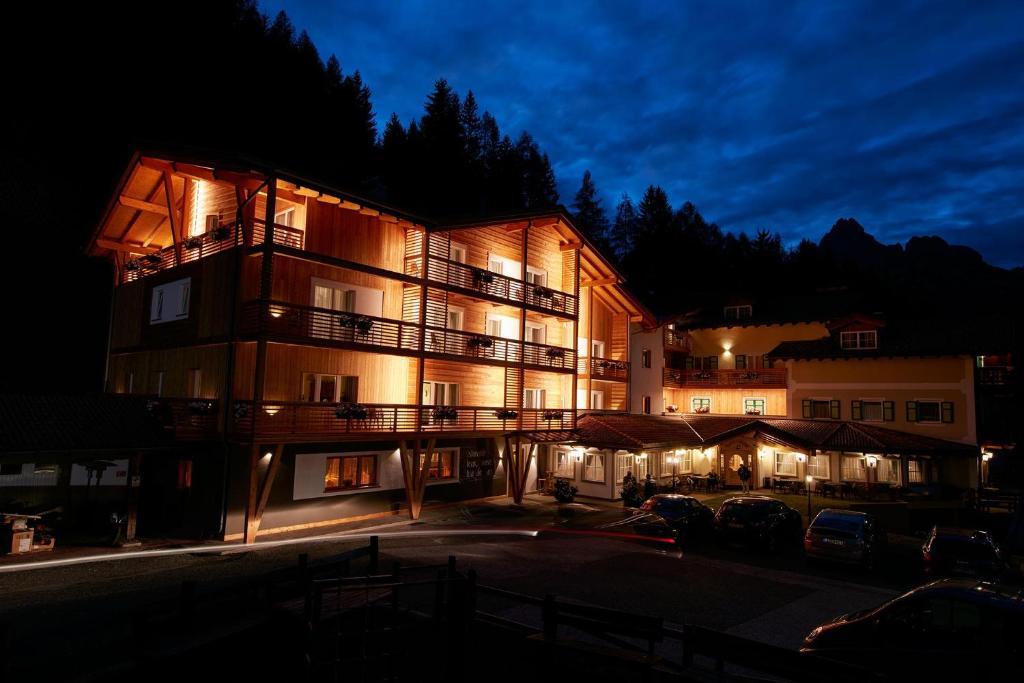 Hotel valacia pozza di fassa italy for Reservation hotel italie