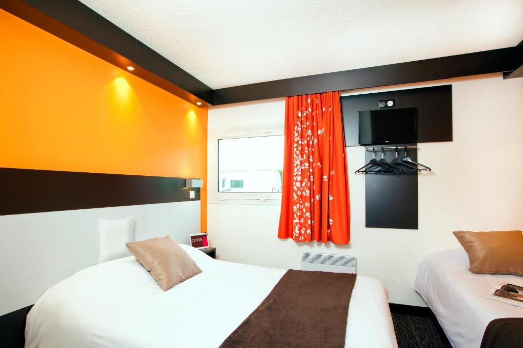 A bed or beds in a room at Hotel Cerise Lens