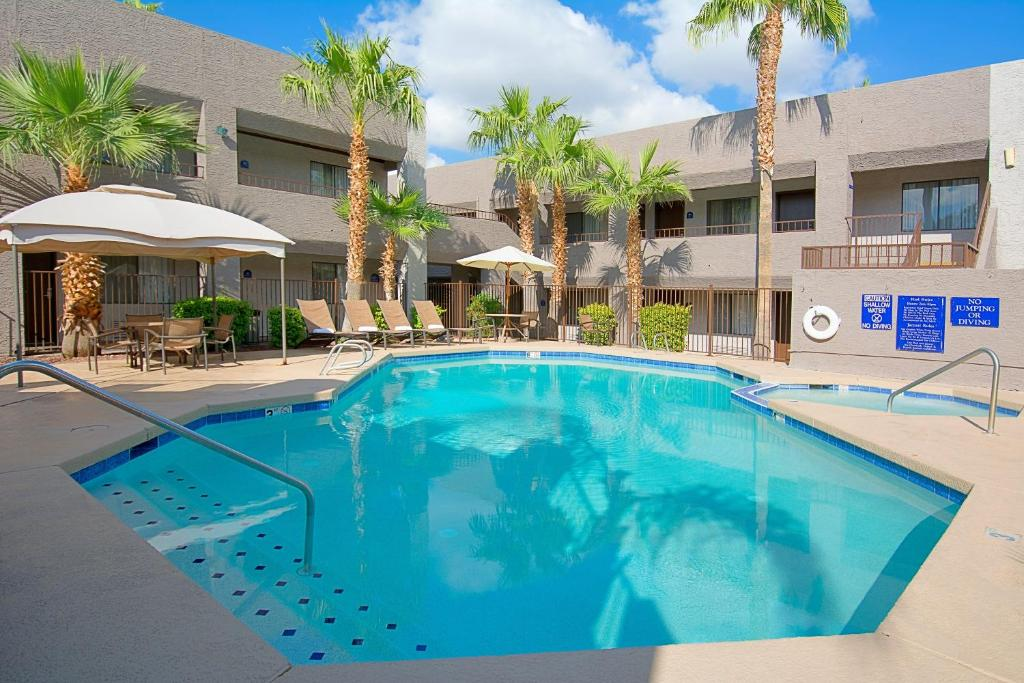 The Swimming Pool At Or Near Hotel Tempe Phoenix Airport Innsuites Suites