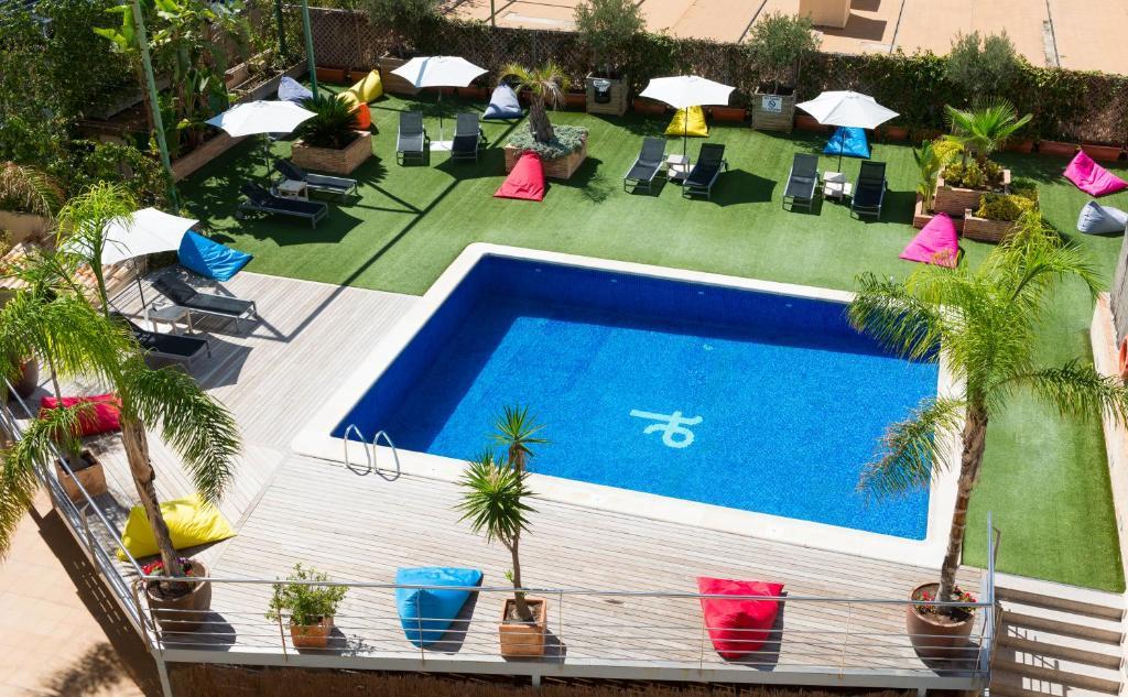 Widok na basen w obiekcie Tryp Valencia Feria lub jego pobliżu