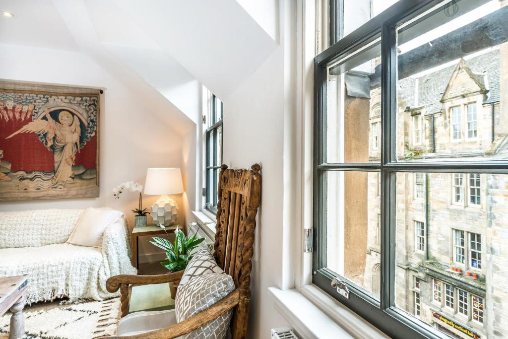 Our Eclectic Castle View Apartment Edinburgh Updated 48 Prices Interesting Castle Interior Design Property