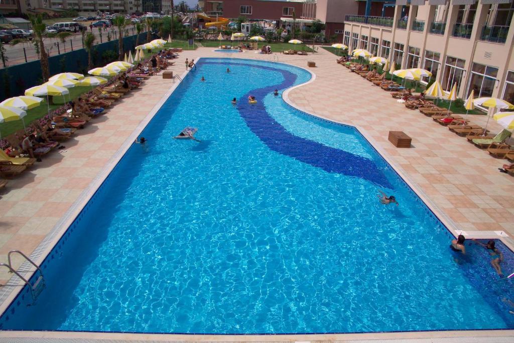 До пляжа можно дойти всего за 8 минут. Отель Titan Select расположен на побережье в районе Аланьи, всего в 250 метрах от собственного участка песчано-галечного пляжа. В отеле имеются открытый и крытый бассейны, а также спа-центр.