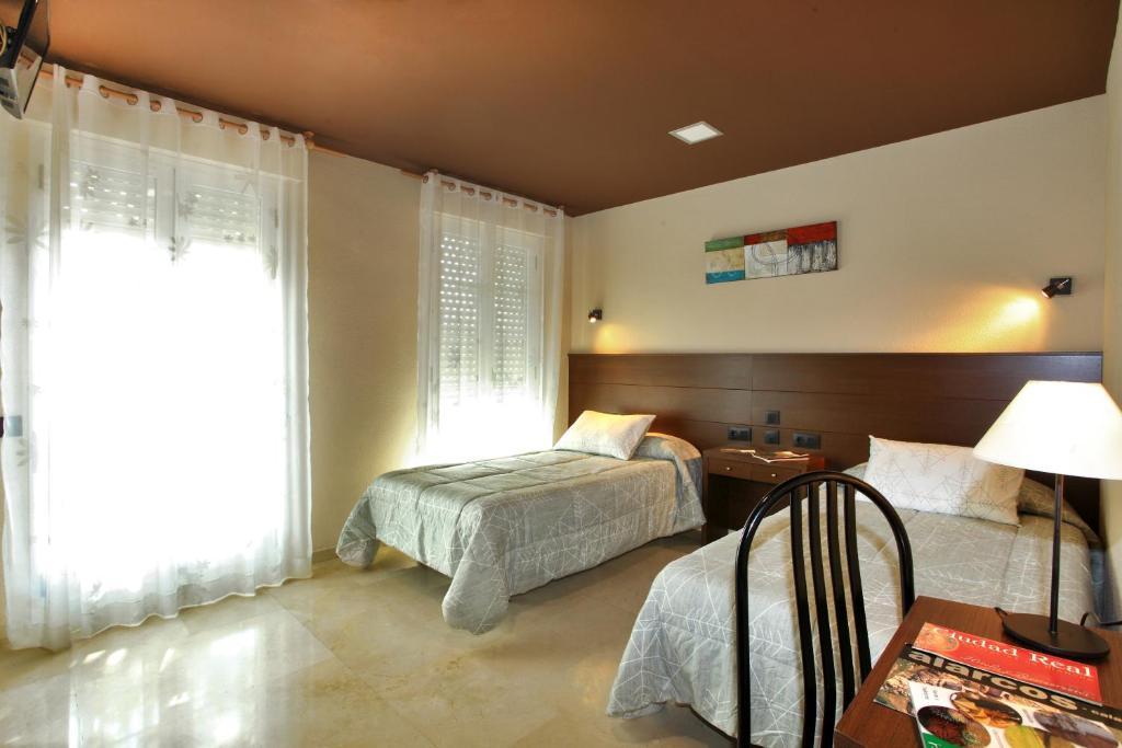 Llit o llits en una habitació de Hotel Navarro