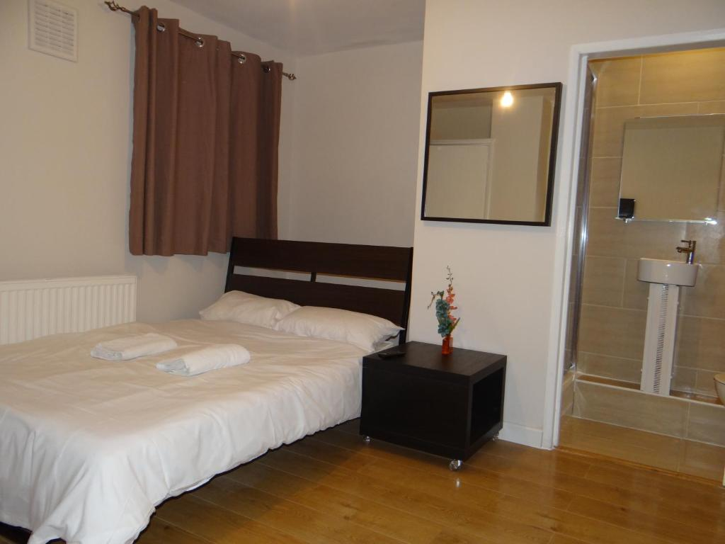 A bed or beds in a room at Vallance Road House