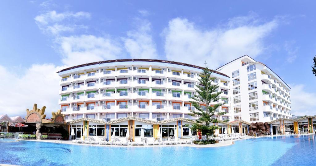 Отель First Class находится в прибрежном городе Аланья. При отеле имеются собственные пляж и спа-центр, гостям предоставляется бесплатный Wi-Fi. В каждом современном номере есть кондиционер и балкон.