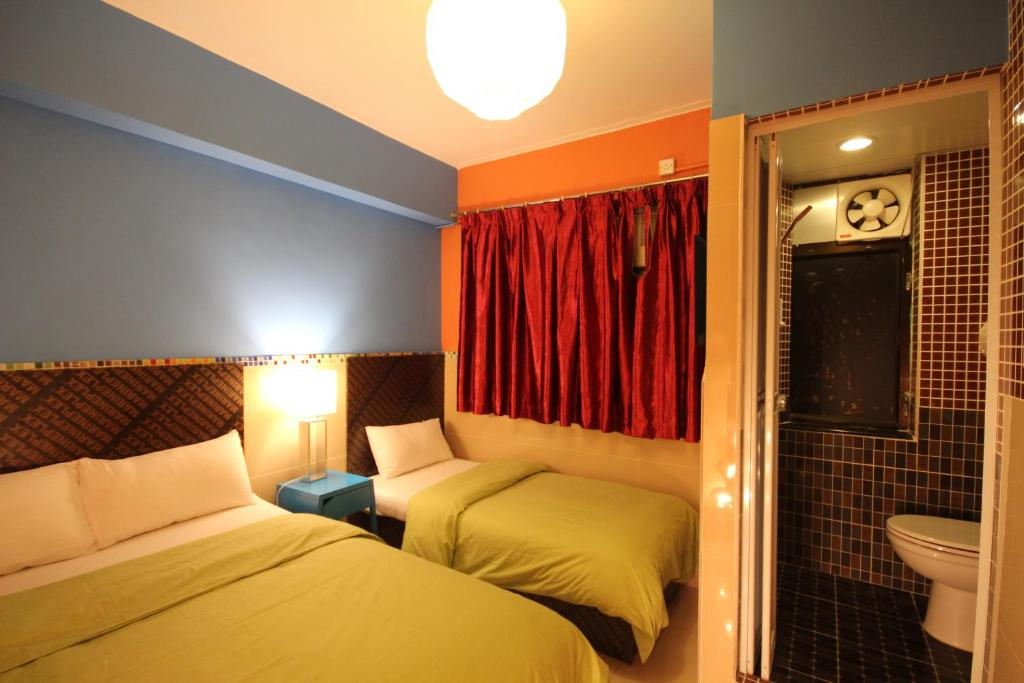 where to stay in Hong Kong, A bed or beds in a room at Comfort Hostel