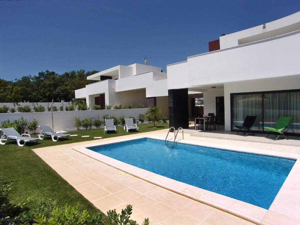 Villas novochoro small garden albufeira portugal for Villas in ireland with swimming pool
