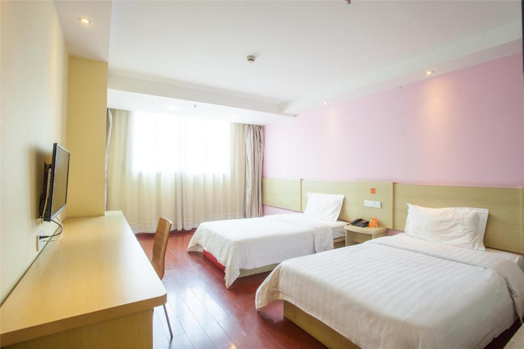 A bed or beds in a room at 7Days Inn Guangzhou New Tianhe Park