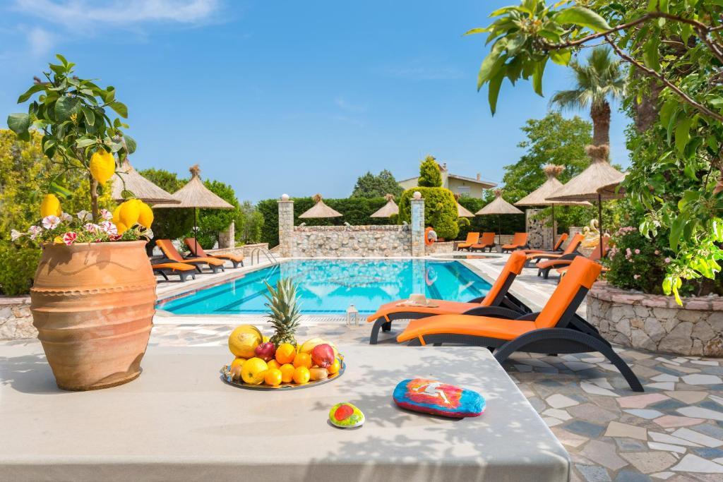 Het zwembad bij of vlak bij Elefteria Apartments