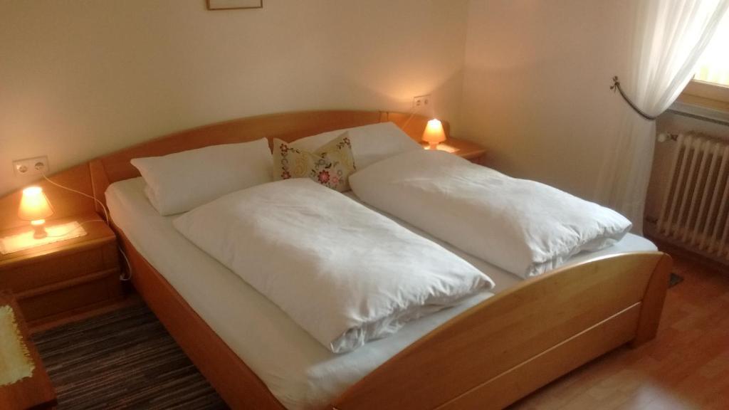 Ein Bett oder Betten in einem Zimmer der Unterkunft Schneiderhof