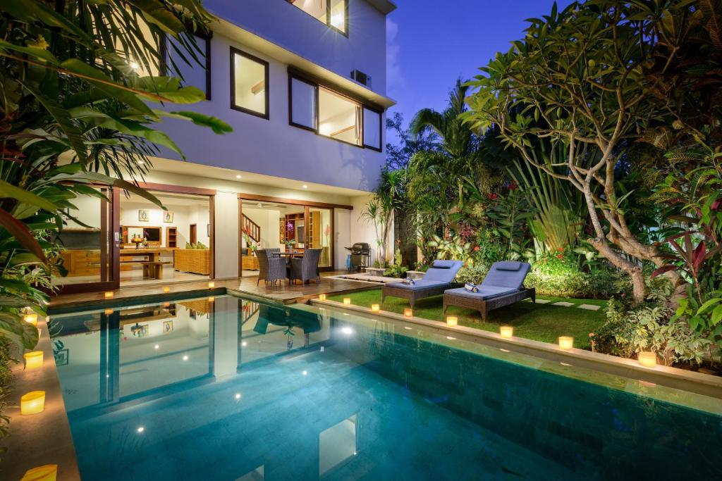 The swimming pool at or close to Echo Beach Townhouses