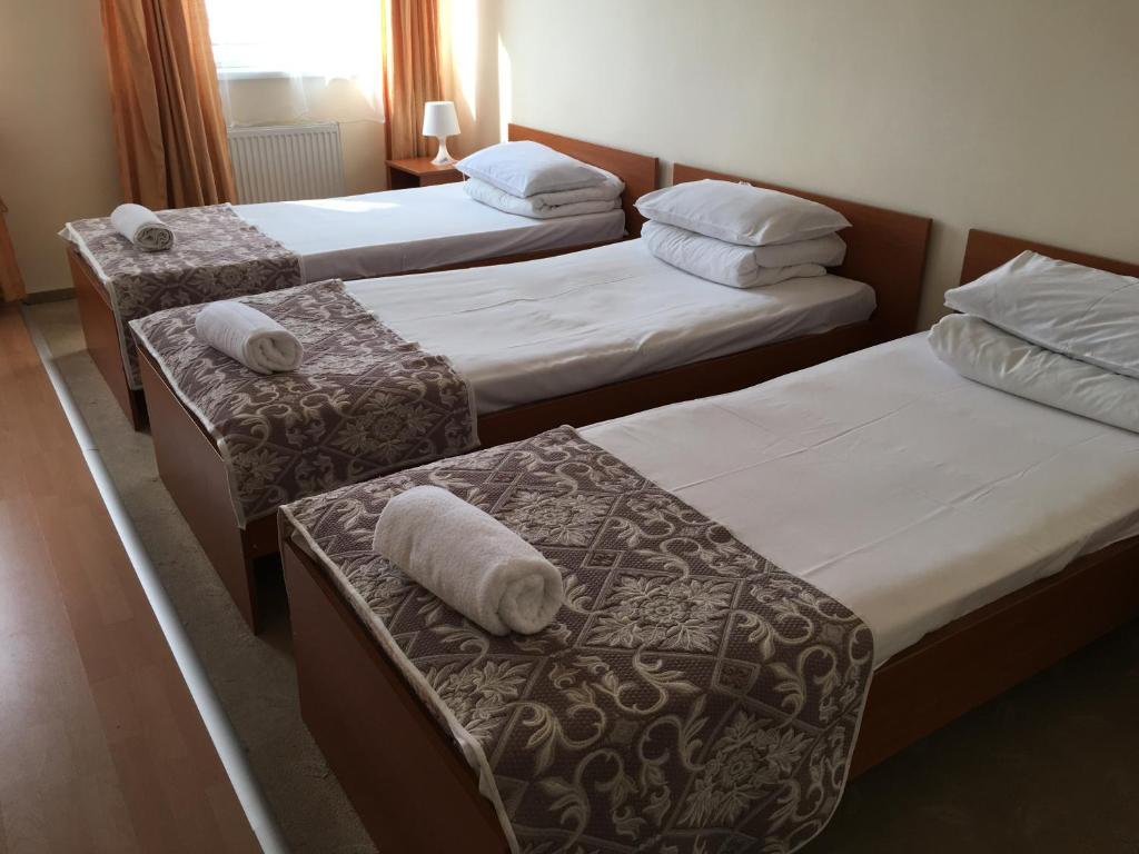 A bed or beds in a room at Hotel Ferihegy