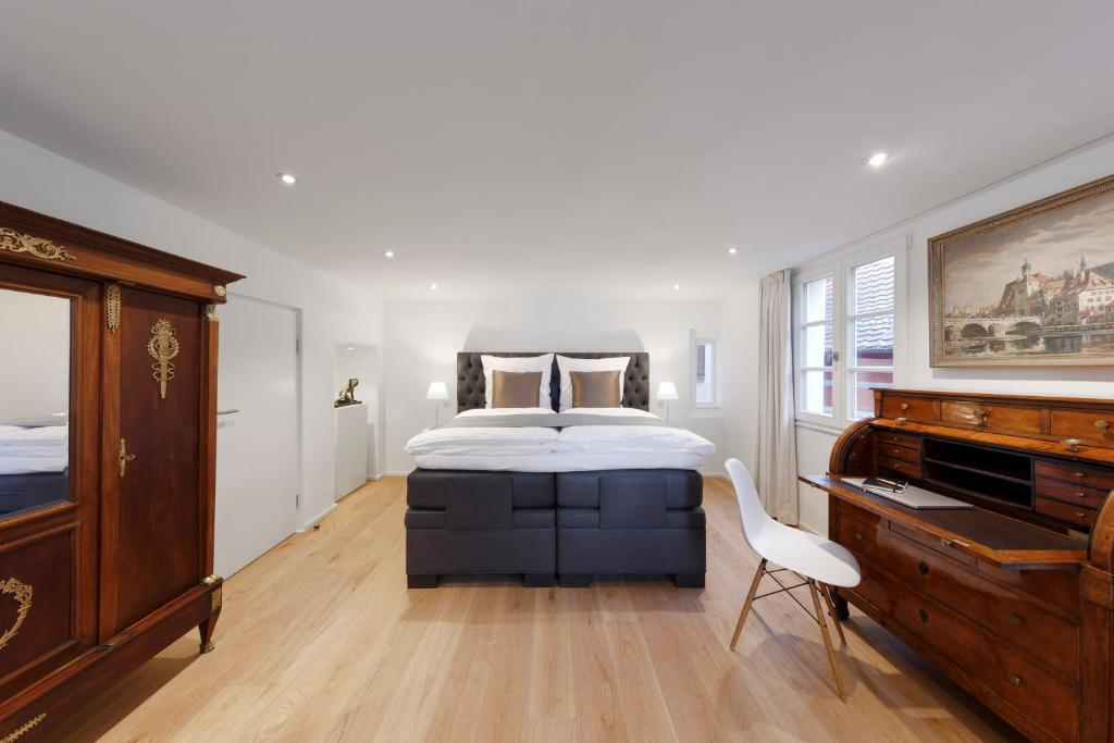 A bed or beds in a room at Domresidenz Regensburg