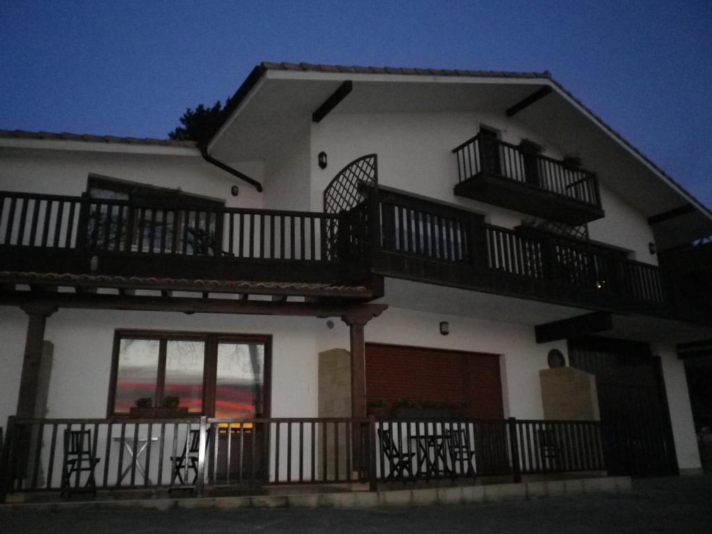 Casa rural higeralde hondarribia spain for Booking casas