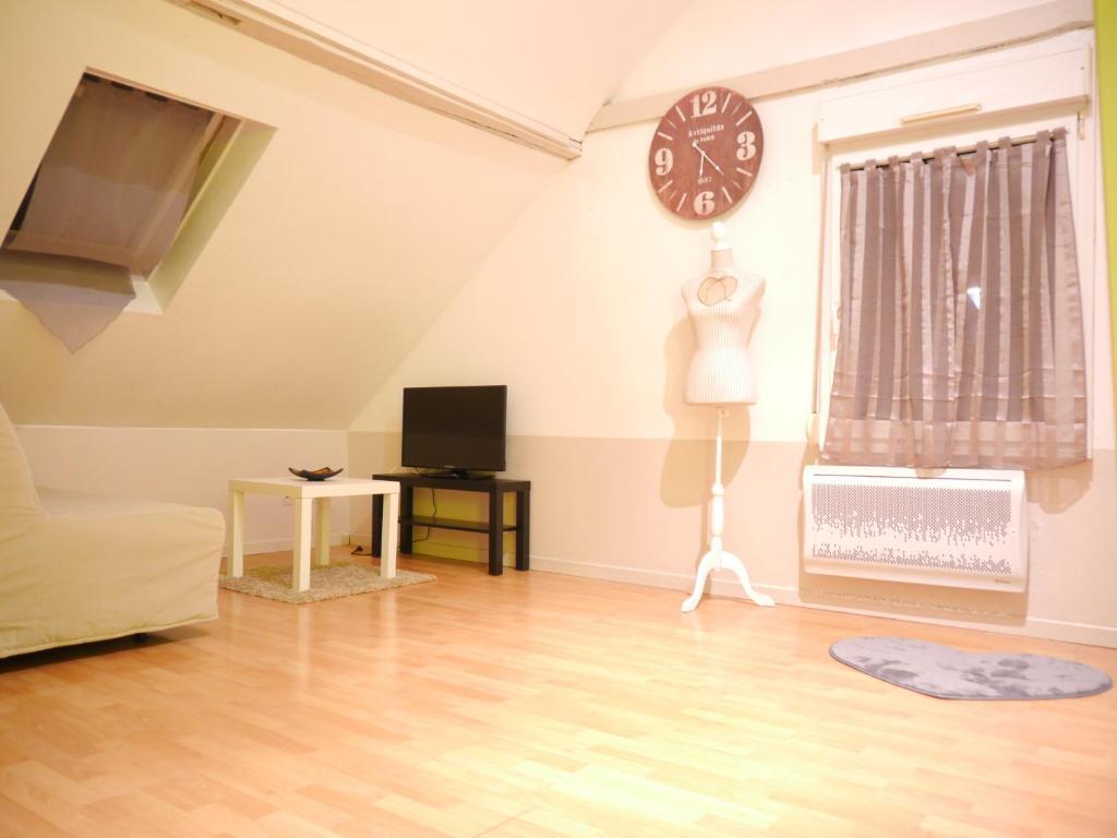 Télévision ou salle de divertissement dans l'établissement Le Lys Bischheim