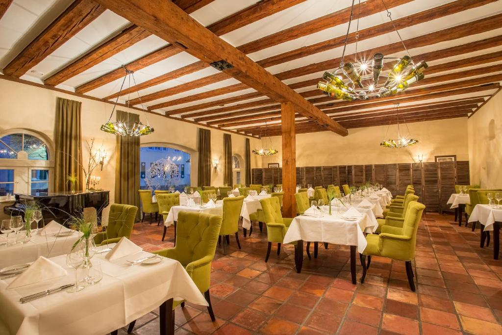 A restaurant or other place to eat at halbersbacher. hotel annaberg