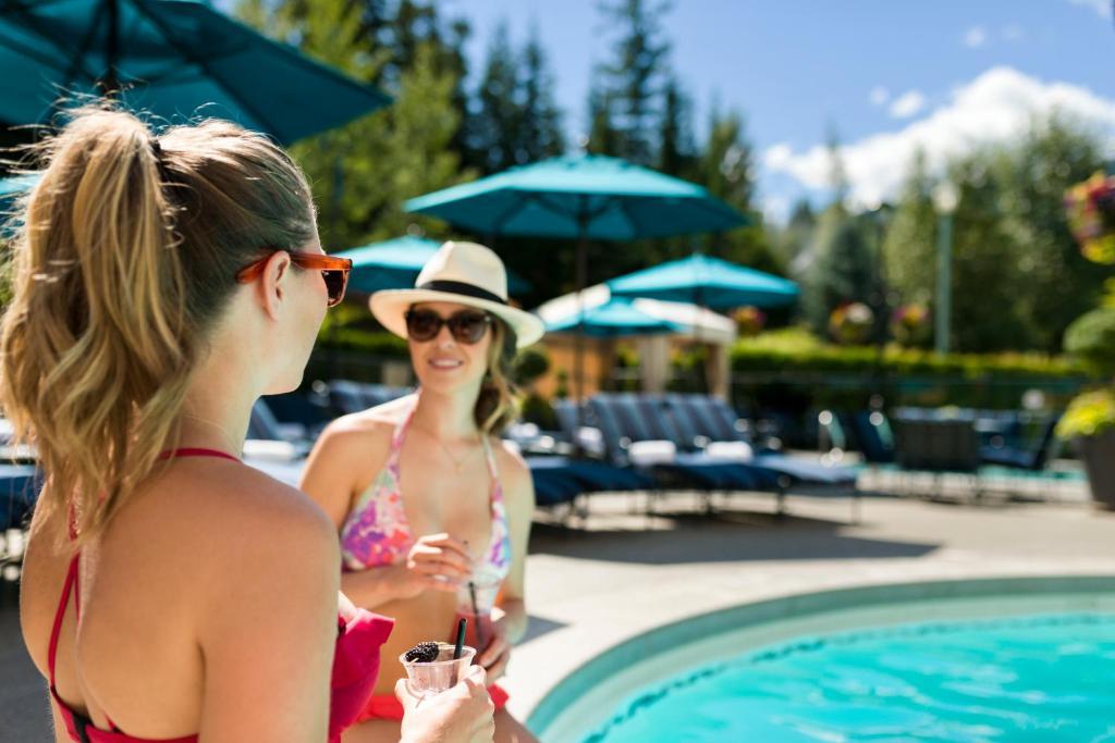 Der Swimmingpool an oder in der Nähe von Fairmont Chateau Whistler