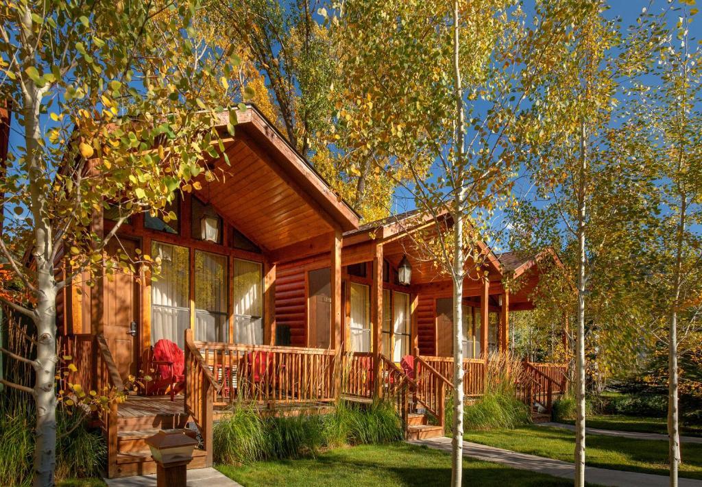 Rustic inn creekside jackson wy for Jackson hole cabin resort