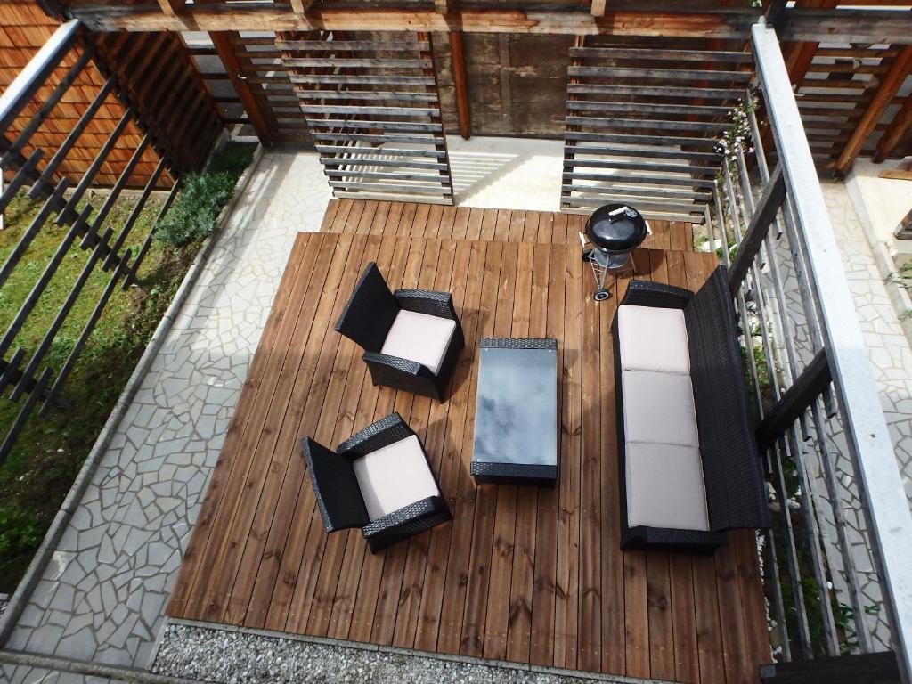 Pogled na bazen v nastanitvi Apartment Wild Soca oz. v okolici
