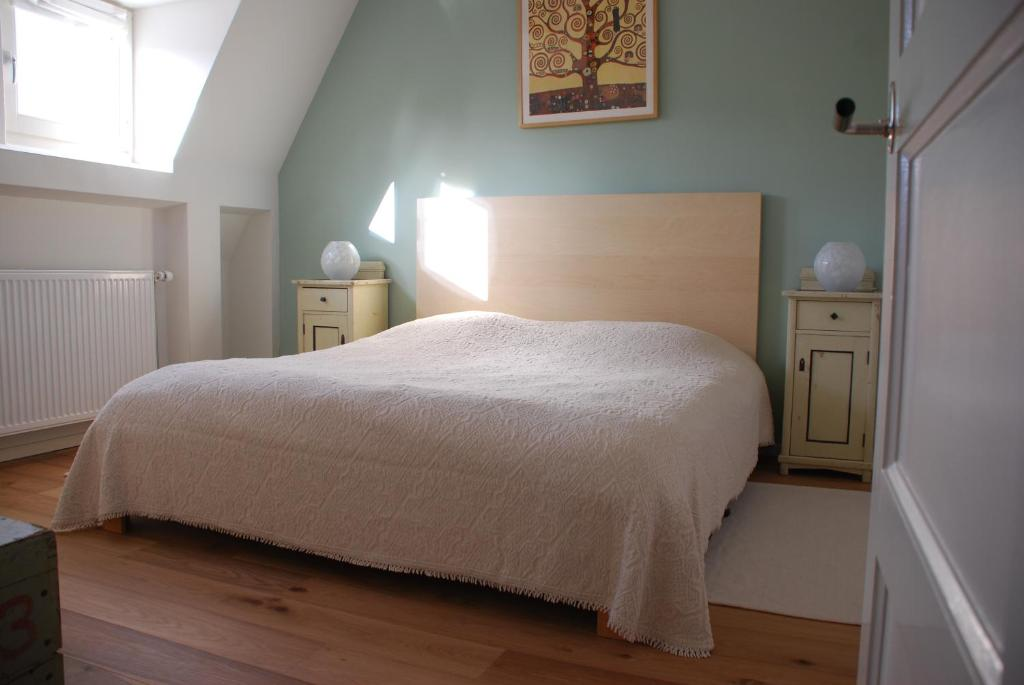 A bed or beds in a room at B&B Dinteldroom