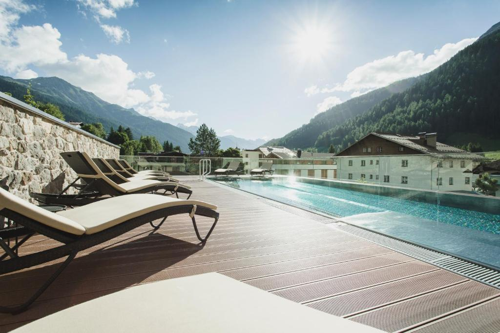 The swimming pool at or near Hotel Schwarzer Adler - Sport & Spa