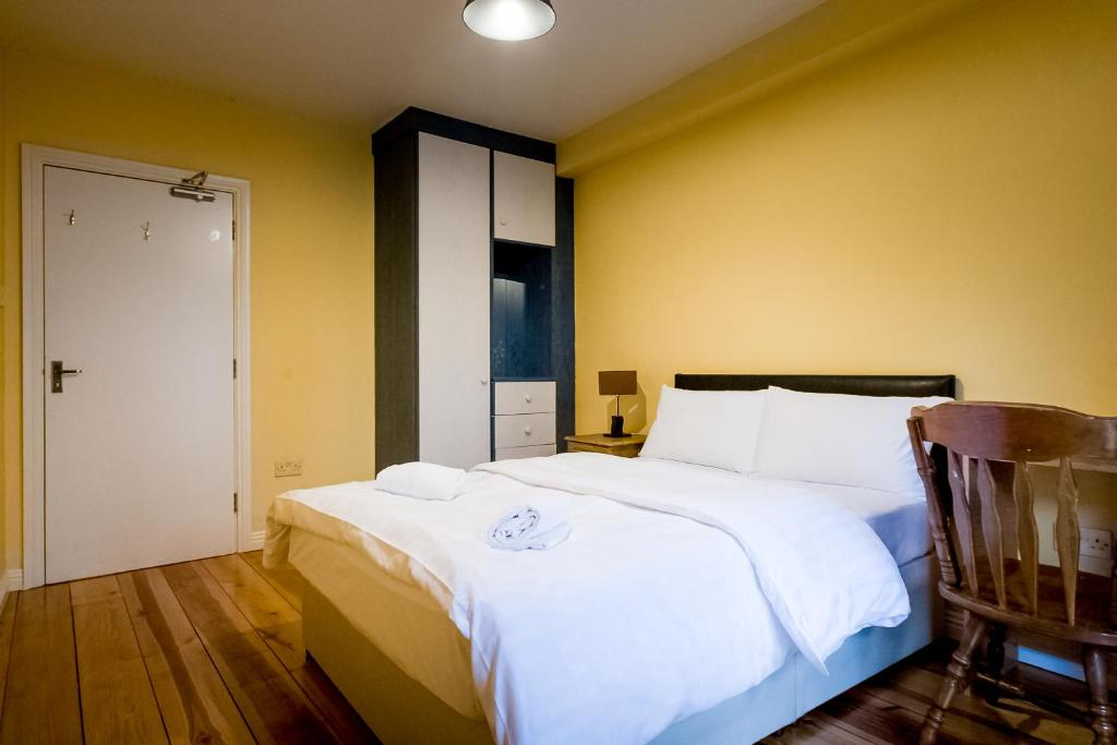 A bed or beds in a room at Westend Apartments Galway