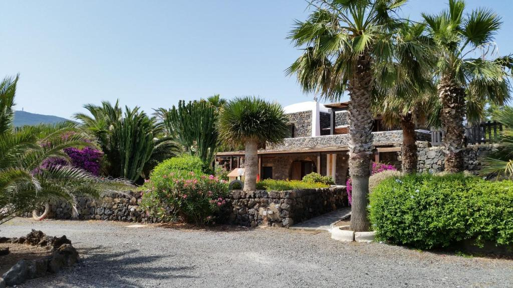 Villas for sale in Pantelleria on the coast