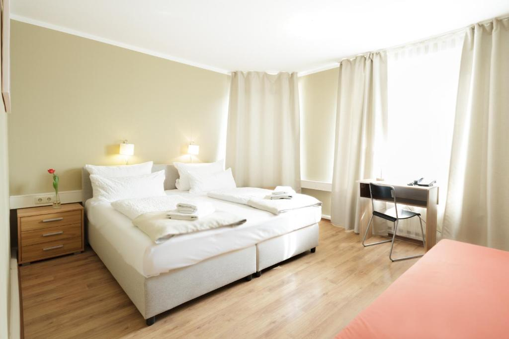 A bed or beds in a room at Hotel Pankow