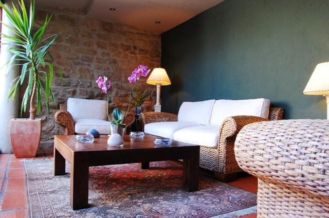 A seating area at Hotel Rural Nobles de Navarra