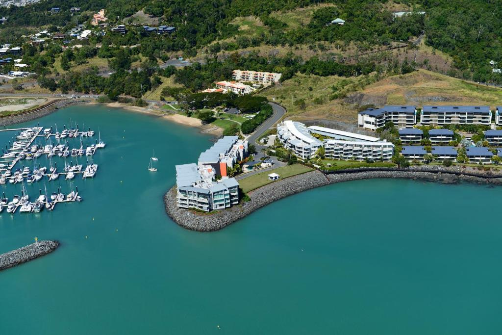 how to get to whitsundays from airlie beach