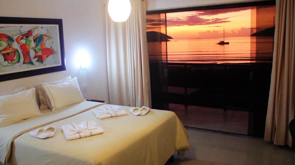 A bed or beds in a room at Pousada Canto da Baleia