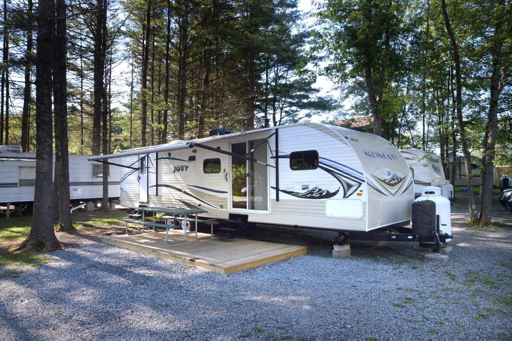 Seneste Resort Village Lake George Escape 40 ft. Premium Travel Trailer 45 XM49
