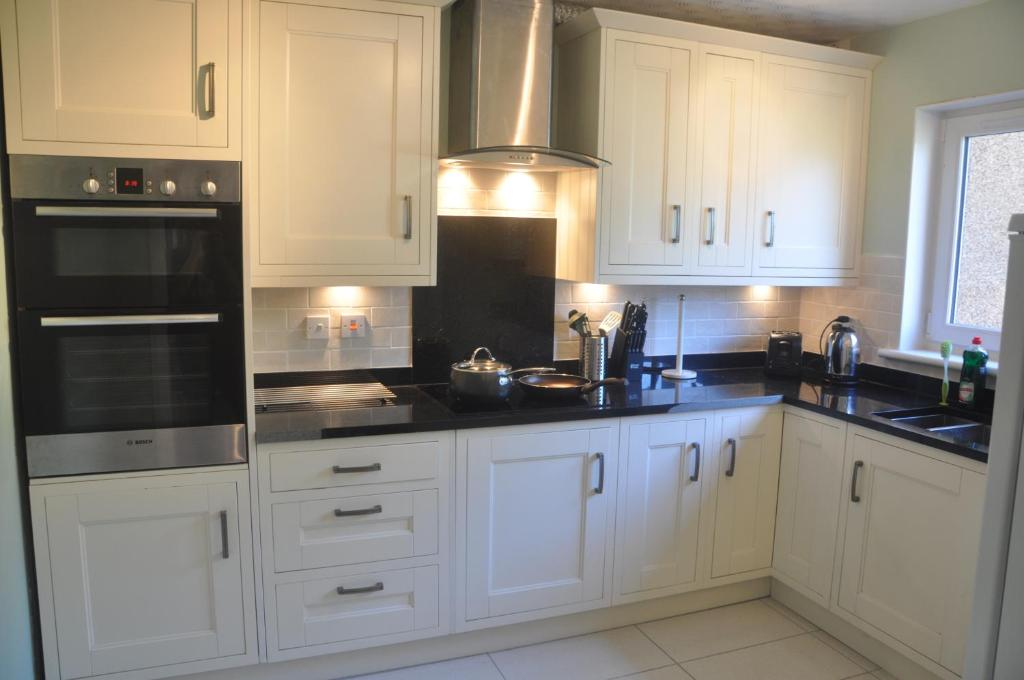 A kitchen or kitchenette at Fisher Court Apartment