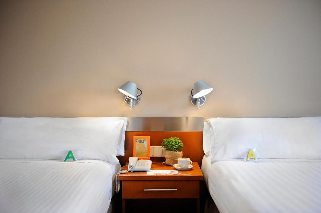A bed or beds in a room at Tres Torres Atiram Hotels